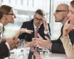 """4 cách ĐỐI PHÓ với đồng nghiệp hay ra vẻ """"KẺ CẢ"""" trong công ty"""